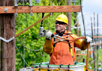 A PSEG Lineman performing maintenance on wires